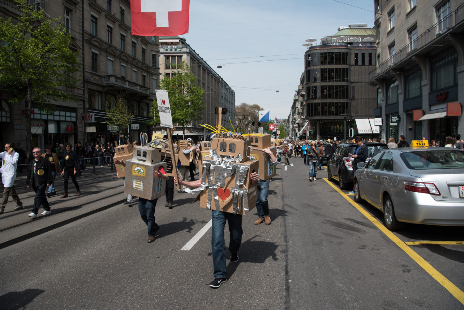 Bahnhofstrasse, Bürkliplatz, Europa, Grundeinkommen, Kanton Zürich, Kreis 1, Nordostschweiz, Paradeplatz, Photo-Bot, Schweiz, Zürich, _THEMES, anlässe, demo, demonstration, district 1, events, initiative, object, objekt, political event, politics, politik, politik anlass, roboter, robots, swiss initiative