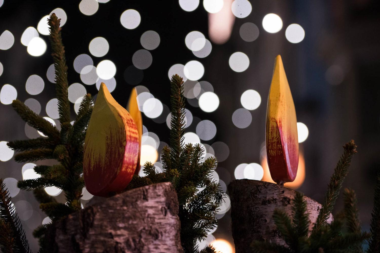 Ein Feuer in der Nacht. Funken sprühend und glühend empor steigend in der Stadt an einer nebligen weihnachts Nacht. Ein Meer aus Lichter, den Nebel zum magischen Schleier werden lässt.