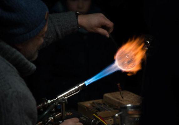 Wie ein Meteorit der zur Erde stürtzt sah diese Glaskugel am engener Weihnachtsmarkt aus.Die Feuerkugel erinnert mich an die gewaltige Kraft und Schönheit die so oft Hand in Hand gehen. Wie eine Hand aus Feuer, die Glaskugel sanft umfassend und formend.
